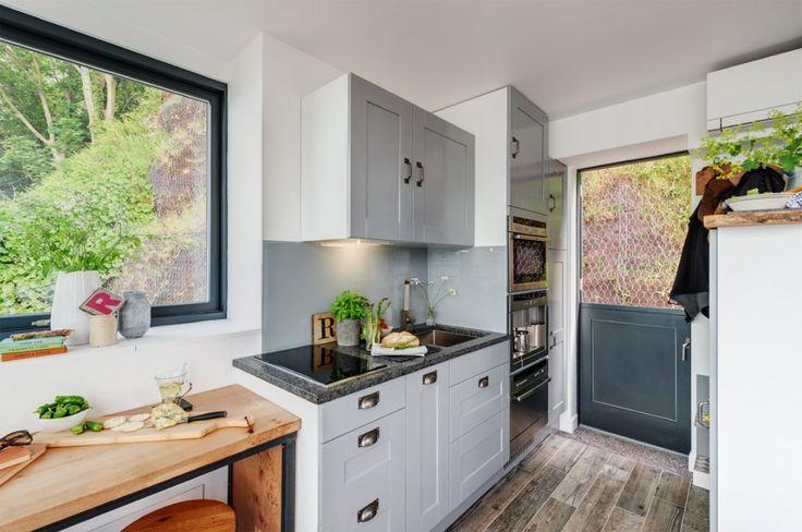 บริเวณครัวมีกระจกบานใหญ่ สามารถรับแสงจากเวลากลางวันได้โดยสะดวก