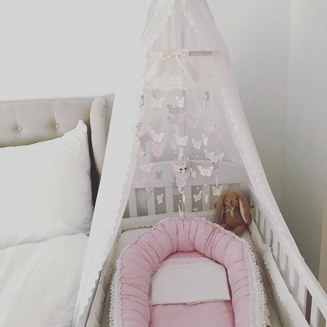 Lille prinsessen vår sin seng, tett inntil vår💕🎀 #babygirl#princessbed#kidsinterior#kidsinteriors#bedroom#inspo#interior#interior4all#interiorforyou1#interior123#myhome#vakrehjem#vakrehjemoginteriør#vakrehjemoginterior#sweetdreams#baby#