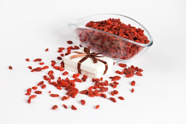 Goji Bacca con pacchetto regalo #regalo #goji #bacche #salute   Goji Berries with #present #health #beautiful #art #vegan #vegetariano #vegano