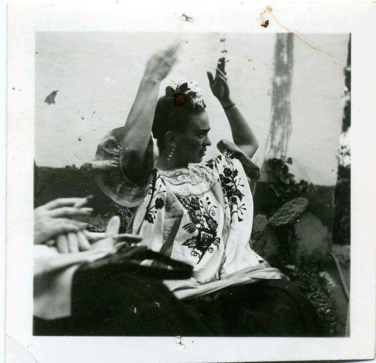 Uno de los romances más polémicos de Frida fue el que sostuvo con León Trotsky. Este revolucionario huyó de Rusia y se refugió en casa de la pareja, en Coyoacán. Llegó acompañado de su mujer, pero esto no fue impedimento para que quedara hechizado por la pintora, y se involucraran en un romance increíble entre 2 personalidades únicas el mundo. Trotsky murió en México, a manos de un líder comunista, pero durante años se culpó a Frida por el asesinato. —