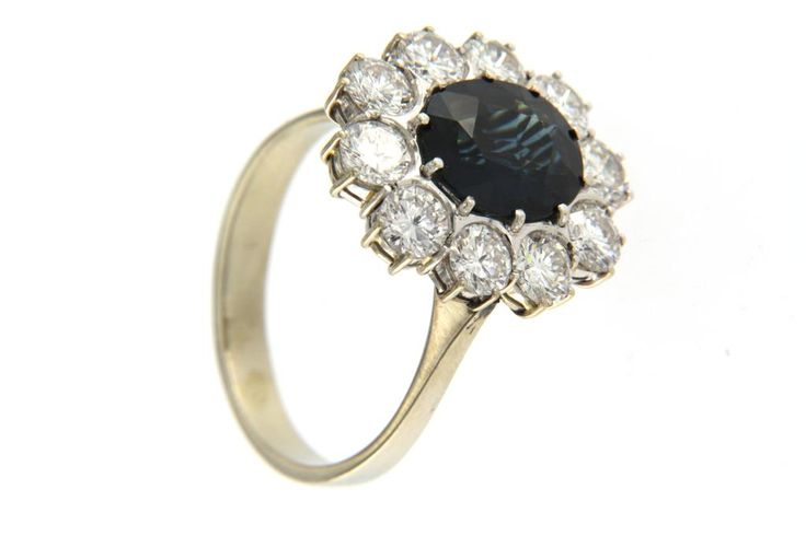 Fotocopia identica dell' anello che indossava la celebre Lady D. Montatura in oro bianco con zaffiro di qualità e brillanti F color.