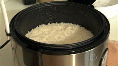 As receitas são práticas e rápidas. Ivoty dá a primeira dica. basta colocar o azeite, alho picado, arroz, água e sal. Enquanto a panela faz o prato, o restante da refeição pode ser preparado. A panela desliga sozinha e não tem risco de queimar.