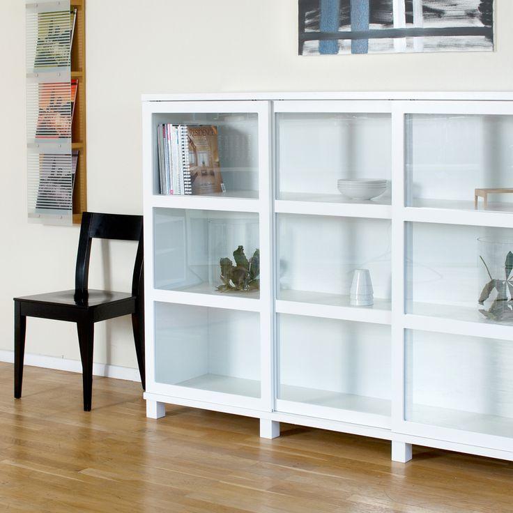 Case vitrinskåp tillverkat i vitlackad ask med skjutdörrar i glas. Case är en flexibel serie vitrinskåp som finns med glasdörrar eller med täckta dörrar och med svart eller vit stomme.