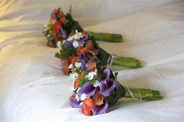 Bridesmaid bouquets with phlox and calla lilies in purple and orange