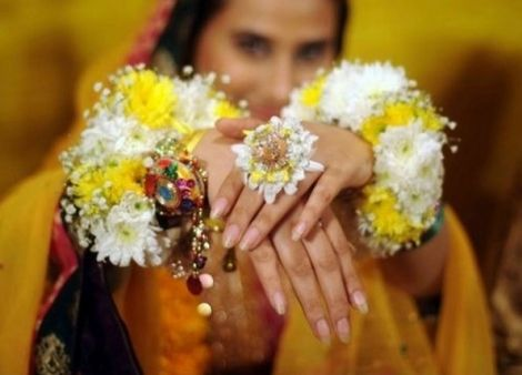 Flower Bangles Mehndi : Amazing fresh flower jewelry for your bridal mehendi designs