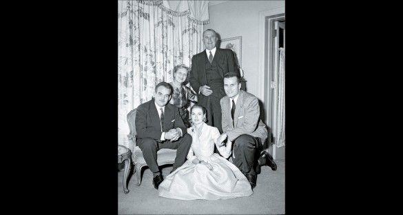 El príncipe Rainiero con Grace Kelly y la familia de ésta durante la pedida de mano (Gtresonline).