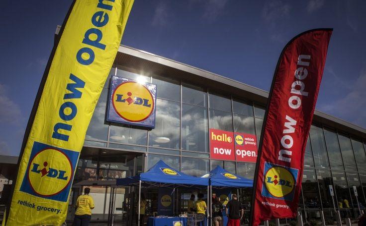 Le groupe allemand de hard-discount Lidl, qui vient d'ouvrir ses tout premiers magasins aux Etats-Unis, est attaqué en justice par les supermarchés Kroger, qui l'accusent d'avoir copié leur marque de produits et demandent une indemnisation financière. Dans une plainte déposée fin juin devant un tribunal de Virginie (sud) et depuis amendée, Kroger, propriétaire de plus de 2.796 supermarchés sur le sol américain, estime que Lidl a violé sa marque de ...