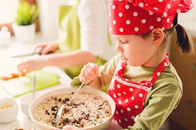 Готовим вместе: кулинария для детей. Кулинарии все возрасты покорны, тем более детям. Согласитесь, маленькие помощники на кухне — всегда в радость. С какого возраста можно открывать мир кулинарии для детей? Как сделать это правильно и привить любовь к приготовлению еды? #едимдома #готовимдома #домашняяеда #дети #кулинария #готовимвместе