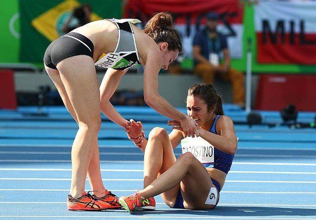O espírito olímpico muitas vezes parece estar mais nas superações dos que não vencem objetivamente a disputa do que propriamente nos que sobem ao pódio. O que aconteceu entre as duas últimas colocadas dos 5 mil metros feminino foi o perfeito exemplo de que nem só os que conquistam medalhas são campeões em uma olimpíada. A americana Abbey D'Agostino e a neozelandesa Nikki Hamblin já haviam corrido 3 mil metros na provaquando a americana esbarrou nos calcanhares de Hamblin, derrubando as duas…