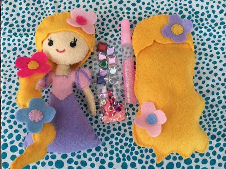 Pipoka Play Kits: Como sería tu princesa? Play kit de princesa y accesorios hechos en fieltro. Incluye pegante y figuras decorativas para que puedan crear la princesa como cada una quiera. A Rapunzel le puedes cambiar su peinado. Pedidos a pipoka@pipokaplaykits.com