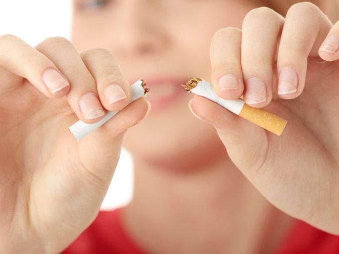 ¿Fumas? Limpia tus pulmones bebiendo agua Si eres fumador y lo haces en lugares determinados como el carro o cierto espacio de tu casa, te habrás dado cuenta de cómo se manchan las paredes o el tapiz de tu auto, pues esto también ocurre con tus pulmones; todas las toxinas que ingieras a causa del tabaco y por la contaminación del aire se adhieren a las paredes de los pulmones. sigue nuestro blog http://www.aguaquecuidadeti.com/   #cigarro #agua #salud