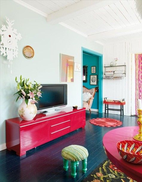 Great use of colour! I like how the casing is painted the same colour as the adjoining room.