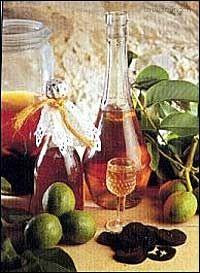 Ořechovka - likér Ořechy omyjeme, rozkrájíme na čtvrtky, dáme do láhve se širokým hrdlem (od okurek). Přidáme hřebíček, skořici, pomerančovou kůru, líh a převařenou vychladlou vodu. Láhev uzavřeme korkem a postavíme na slunečné místo a necháme ho 2 – 3 týdny stát. Pak přecedíme a přidáme vychladlý cukrový sirup.