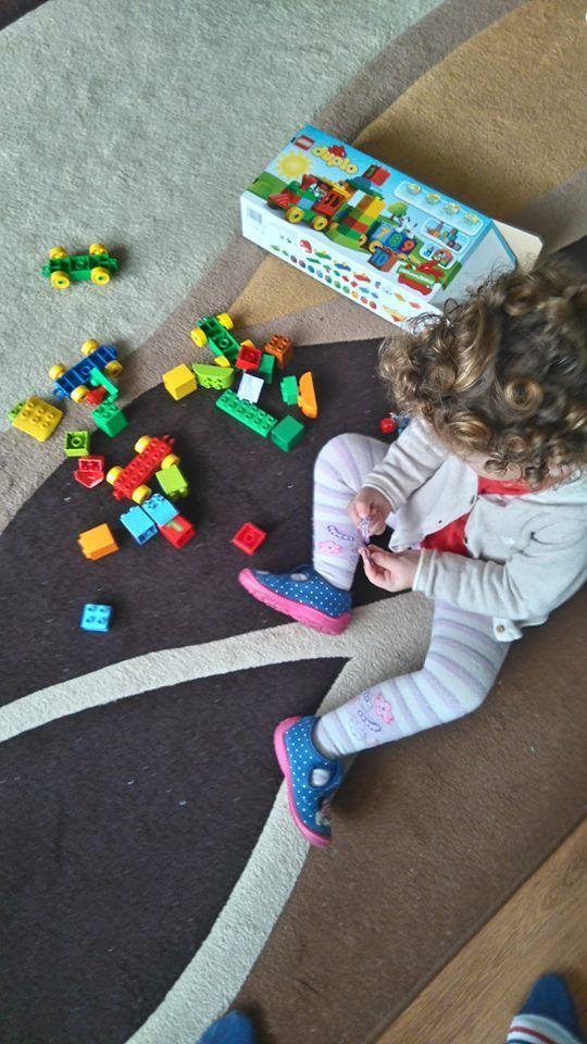 Na chwilę obecną Lego duplo wiedzie prym w kwestii zabawy mojego dziecka. I jak sama nazwa wskazuje kreuje wyobraźnię poprzez zabawę!  #LEGODUPLO, #BawiIUczy, #SwiatLEGODUPLO, #KreatywnoscMaluszka  https://www.facebook.com/photo.php?fbid=1833621810253656&set=o.145945315936&type=3&theater