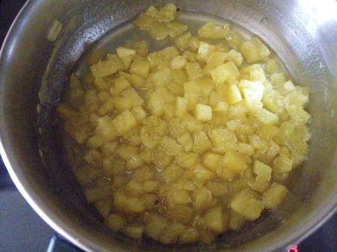 Hoy veremos cómo hacer una tarta-mousse de piña colada sin azúcar y con dos variantes: una mousse de coco con piña caramelizada o tarta de piña colada.