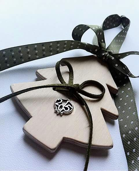 Handmade wooden Christmas charm with green ribbon. 10€ By KIKOmania Χειροποίητο ξυλινο γουρι