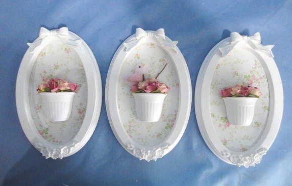 Trio de quadros ovais com apliques em resina na moldura laqueada. Aplicação de tecido no fundo na cor e estampa combinando com a sua decoração. Pode colocar o nome do bebê. Vasinhos com flores e detalhe de passarinho (opcional) PRODUTO ARTESANAL SUJEITO À VARIAÇÕES                                                                                                                                                                                 Mais
