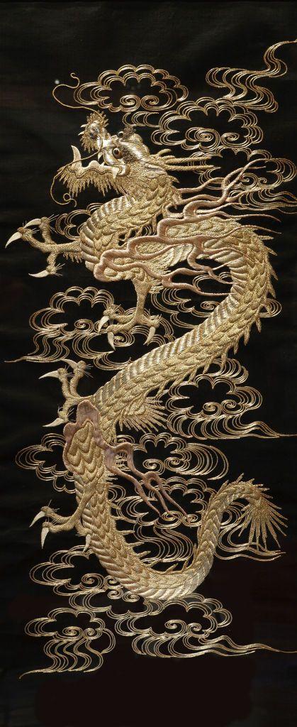 Dragão de seda de rolagem bordado com linha  de prata - japão, 1868-1912