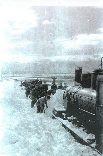 Ferrocarril Utrillas Zaragoza  Locomotora 101 atrapada en la nieve. Tramo Muniesa Lécera. | por M.F.U.