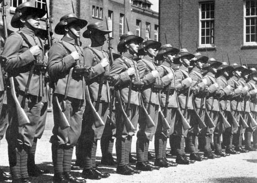 het leger ook wel het KNIL genoemd was er om de opstanden van de Indische inwoners tegen te houden.