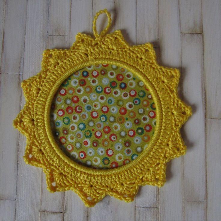 Petit cadre jaune avec bordure au crochet : Décorations murales par atelier-crochet