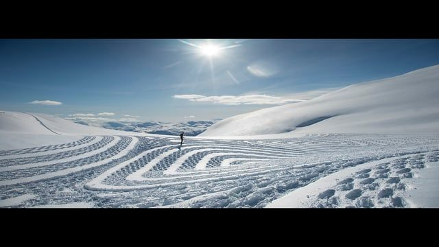 By creating mesmerizing designs in the snow just by walking in a pair of snowshoes the british artist Simon Beck takes hiking in the mountains to a whole other level  Simon Beck was one of 4 artists that were invited to Stryn in Norway. The inspiration they found here led to unique art projects!   See other films in this project: Kneip- Designer duo :  https://vimeo.com/156854048 Benedicte Årsland- Cellist: https://vimeo.com/156002582 #inspirasjonstryn https://www.facebook.com/inspir...