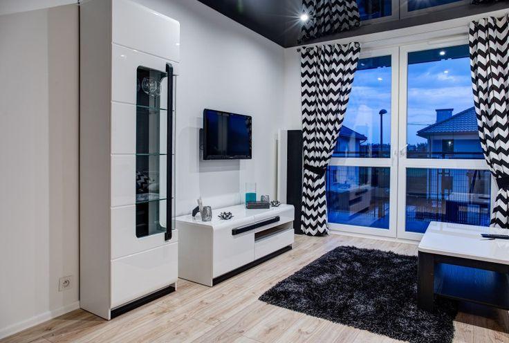 Designerski salon w czarno-białym klimacie. Meble na wysoki połysk i stylowe dodatki tworzą niesamowity klimat.