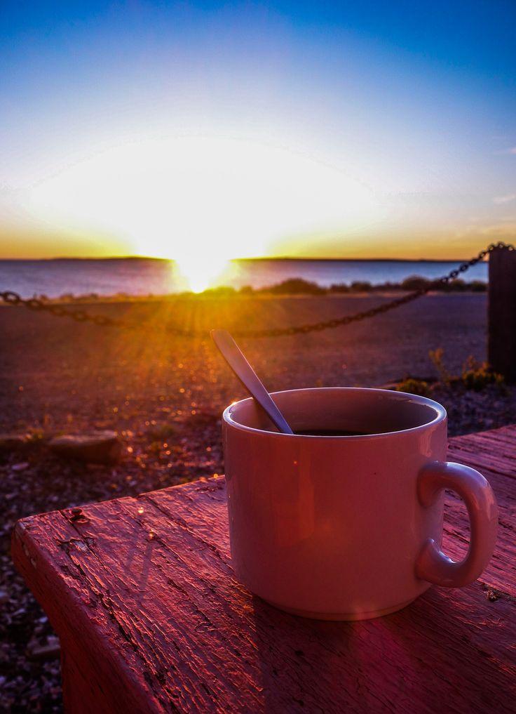 Lever de soleil à Bahia Bustamante avec un bon petit café