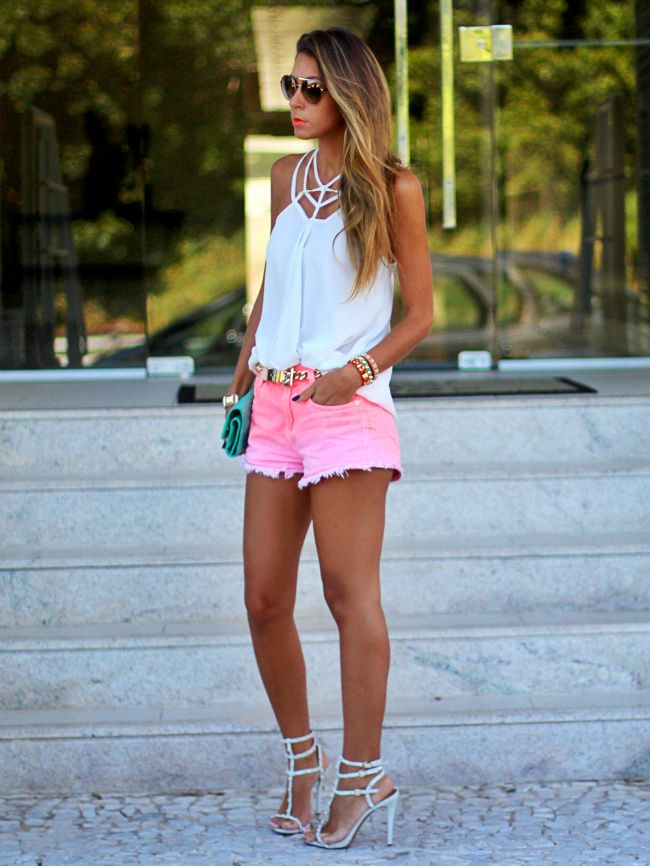 look do dia com shorts jeans colorido e blusa branca