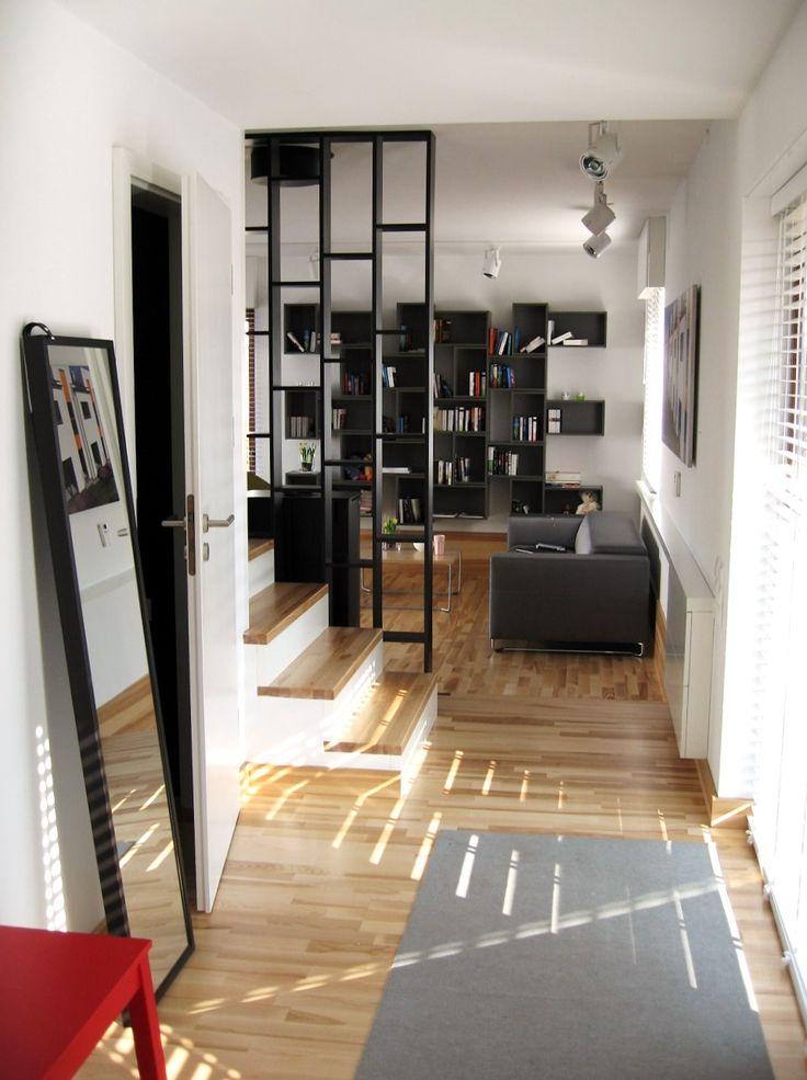Zapraszamy do środka! :) Oto przedpokój domu pokazowego. Biel ścian oraz drewno sprawiają, że wnętrze jest niezwykle przytulne.