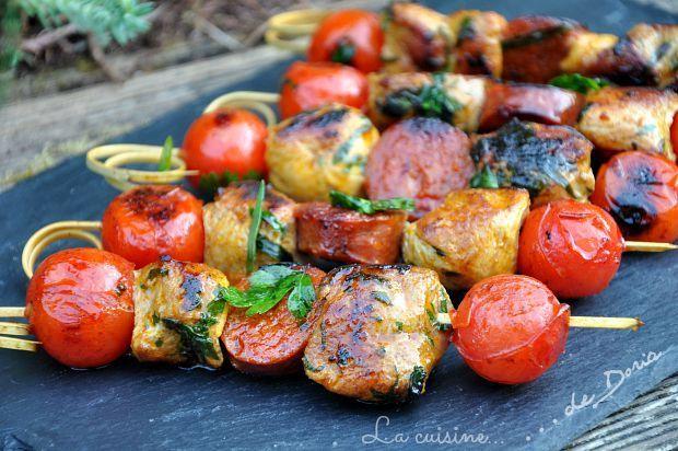 Des brochettes très parfumées dont la recette a été réalisé par mon mari... Ingrédients pour 4 personnes 24 sot-l'y-laisse de poulet 24 tomates cerises 12 tranches de chorizo épaisses Marinade 100 ml d'huile d'olive 1/2 cc de marsala 1 cs de persil ciselé...