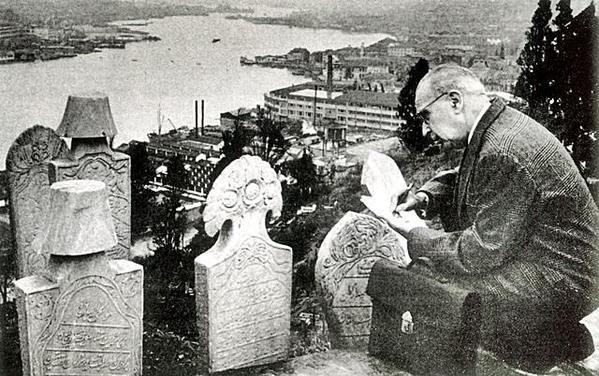 Ord .Prof Süheyl Ünver Eyüp Mezarlığında Osmanlı taşlarını okurken