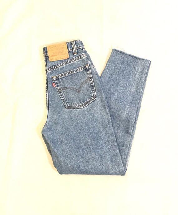 Levis Vintage cintura alta Mom Jeans Mujer Tamaño: Ninguna etiqueta (consultar medidas) Medidas: 27 X 29  Medidas aproximadas plana:  Cintura: 13 1/2(27 alrededor) Cadera: 18 1/2(37 alrededor) Muslo: 10 Subida delantera: 11 1/2 Subida trasera: 14 1/2 Apertura de la pierna: 6 1/2 En costura: 29  Atención: Sin etiqueta   Corte dobladillos deshilachados inferior (cortadas por propietario original). Slim Fit. Pata cónica. ¡En una condición de época pre-owned! No hay manch...