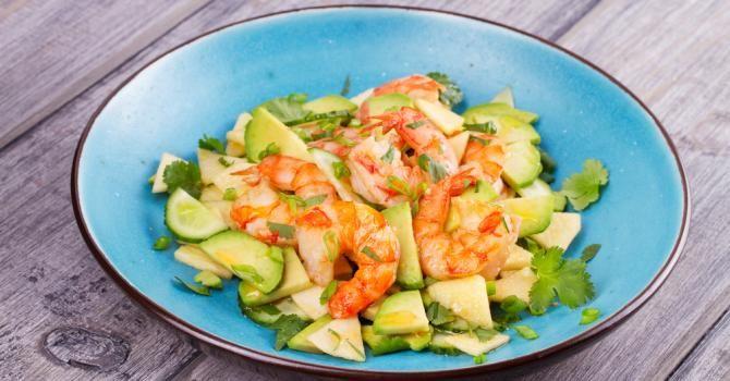 Recette de Salade rapide d'avocat, pomme et crevettes. Facile et rapide à réaliser, goûteuse et diététique. Ingrédients, préparation et recettes associées.