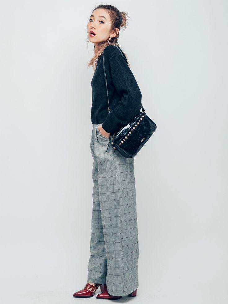 黒と相性抜群!グレンチェックワイドパンツにボルドーパンプスで女性らしく 〜グレンチェックを取り入れたファッション・スタイルのコーデまとめ〜