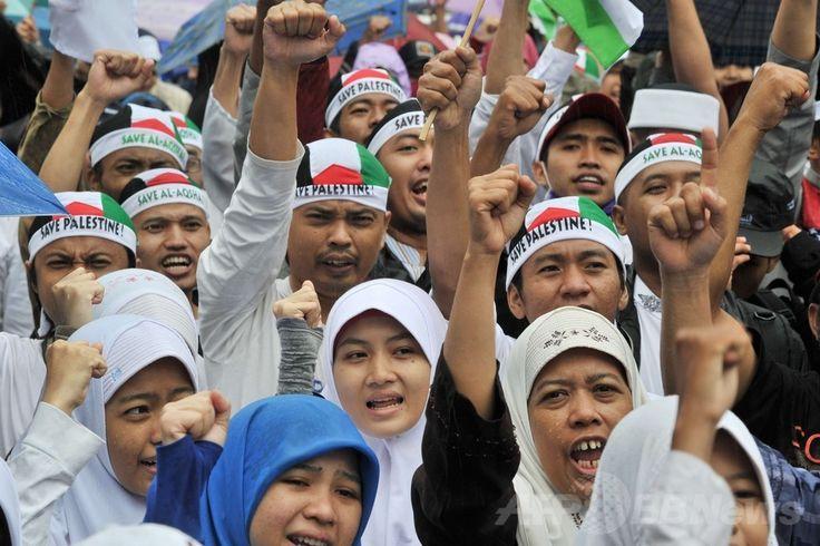 インドネシアの首都ジャカルタ(Jakarta)で、パレスチナ自治区ガザ地区(Gaza Strip)への空爆を続けるイスラエルに抗議するデモに参加するイスラム教徒ら(2014年7月13日撮影)。(c)AFP/ADEK BERRY ▼14Jul2014AFP 世界各地で反イスラエル・デモ、ガザ空爆に抗議 http://www.afpbb.com/articles/-/3020474
