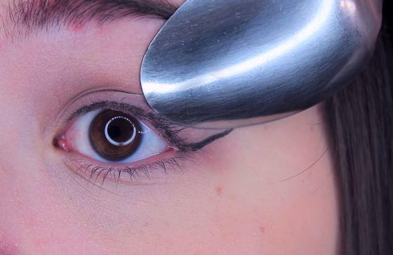 Spoon Eyeliner Hack