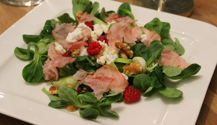 """Geitenkaas wordt meestal gegeten in combinatie met appel, spek en honing. Ik ben er dol op! Maar de combinatie met frisse frambozen, een pittig lenteuitje en knapperige walnoten is heerlijk in de lente en ietwat gezonder. Deze salade kun je als voorgerecht of bijgerecht serveren, maar is ook lekker als... <a href=""""http://cottonandcream.nl/salade-geitenkaas-met-frambozen-en-krokante-bacon/"""">Read More →</a>"""
