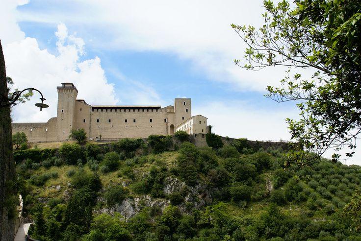 Spoleto, Rocca Albornoziana von Ponte delle Torri gesehen (Albornoz Castle seen from Ponte delle Torri) | da HEN-Magonza