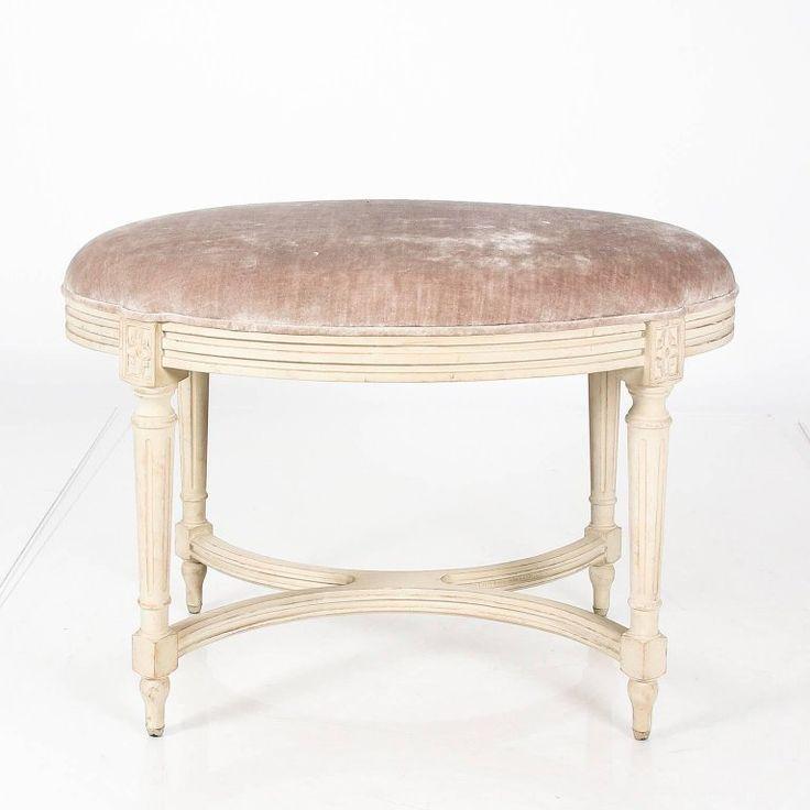 A klasszicizmus hatására, ókori minták szerint készített antik bútorok, klasszicista stílusú bútorok
