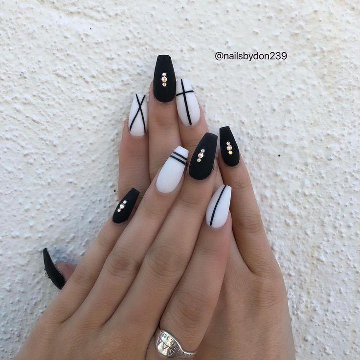 Ich wünsche dir viel Spaß beim Set # blacknails # whitenails # linework ails # mattenails # onl   #Nails
