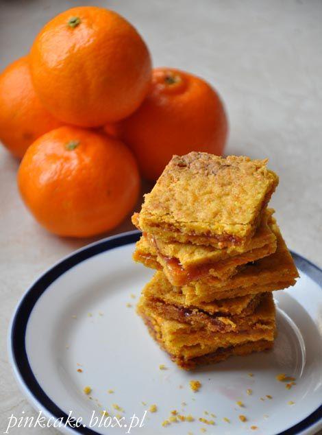 Marchewkowe kwadraty piernikowe 200 g marchewki startej na drobnych oczkach 100 ml oleju 2 szklanki mąki i jeszcze trochę na podsypkę 1 łyżka miodu 2 czubate łyżeczki przyp...