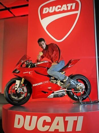 6 - Em 14-nov-2012, Ducati estreou quatro novos modelos no salão de Milão: O medalhista olímpico Daniele Molmenti faz pose em uma Panigale 1199R. Foto: Divulgação.