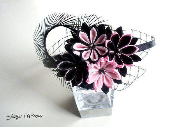 Der Haarreif wurde nach japanischer Technik Tsumami Kanzashi hergestellt. Diese Technik ähnelt Origami, bei der ein Blatt Papier mehrfach gefaltet wird. Der unterschied besteht darin, dass Kanzashi...
