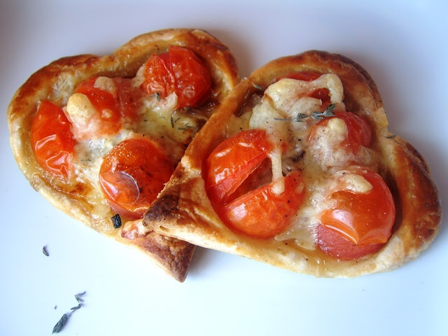 Tartaletas de tomatitos cherry y cebolla caramelizada