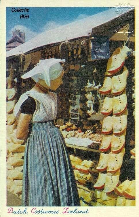 Marktdag in Middelburg ca. 1946 / market day in Middelburg looking for wooden shoes...