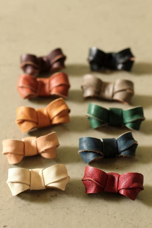 レザー リボン ミニ ブローチ - Leather Mini Ribbon Brooch - IRRE