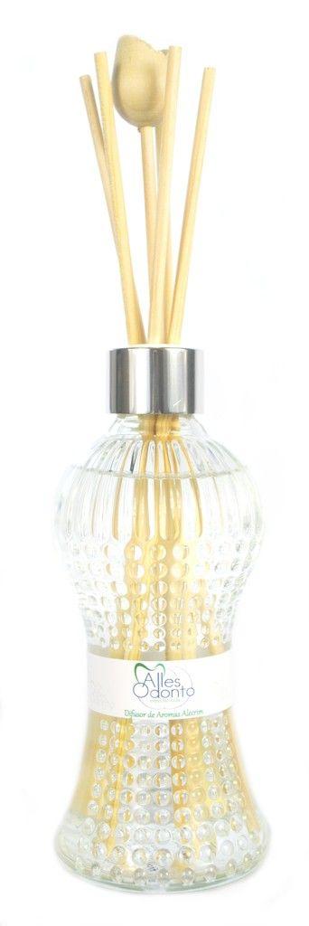 Difusor Personalizado para Ambientes. Frasco de Vidro contendo 250 ml, são embalados individualmente em caixa de acetato transparente, acompanham rótulo personalizado, 5 varetas e 1 tulipa  Medidas da Caixa: 25,0 alt x 7,0 compr x 7,0 larg Medidas do frasco: 16,3 alt x 7,0 compr x 7,0 larg