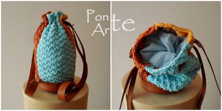 Bolso pequeño tipo saco con tres franjas de punto de hilo y piel de ternera.
