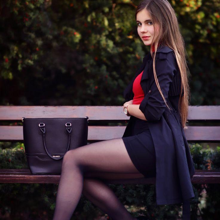 Czerwona bluzka, skórzana spódniczka i wzorzyste czarne rajstopy